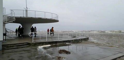 VIDEO ja FOTOD | Pärnus tõuseb veetase üha rohkem, linnavalitsus piirab liiklust