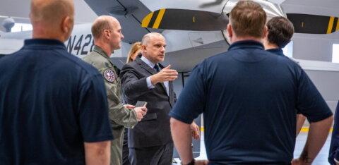 ФОТО | Министр обороны ЭР ознакомился на базе Эмари с американскими беспилотниками