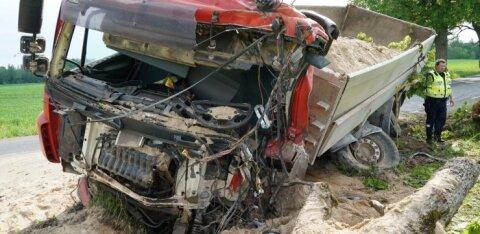 ФОТО и ВИДЕО: В тяжелом ДТП в Вильяндимаа погиб водитель грузовика