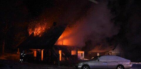 ФОТО и ВИДЕО | Ночью открытым пламенен полыхал жилой дом