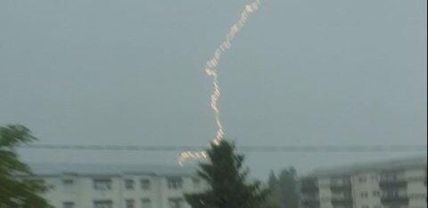 ВИДЕО | В Курессааре молния ударила в многоквартирный дом и подожгла крышу