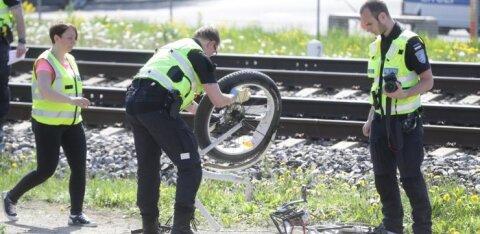 ФОТО: В Таллинне на железнодорожном переезде под колесами поезда погиб велосипедист