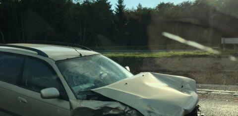 Sauel põrkasid kokku kaks autot, üks juht viidi haiglasse