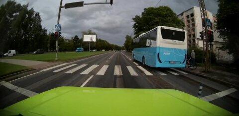 ВИДЕО   В Таллинне автобус промчался через пешеходный переход на красный свет и чуть не сбил велосипедиста