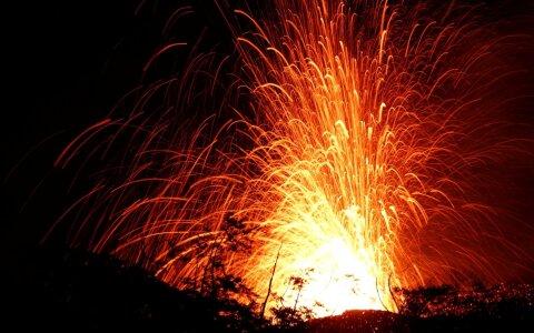 ВИДЕО: Лавовая бомба попала в лодку с туристами на Гавайях