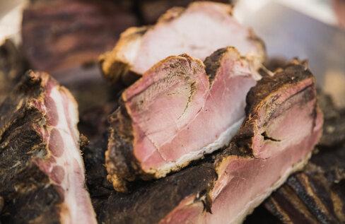 Kuidas suitsutada liha? Eda Veeroja tunneb asja: suitsuahjust või -saunast enam mõjutab suitsu liha külge jäämist liha kvaliteet. Vaata ka samm-sammult joonist!