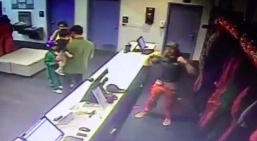 VIDEO: Vau, kangelane! Mees eirab gravitatsiooni ja päästab väikelapse kukkumisest