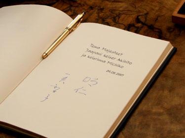 Jaapani keisripaari allkiri Eesti presidendi külalisteraamatus