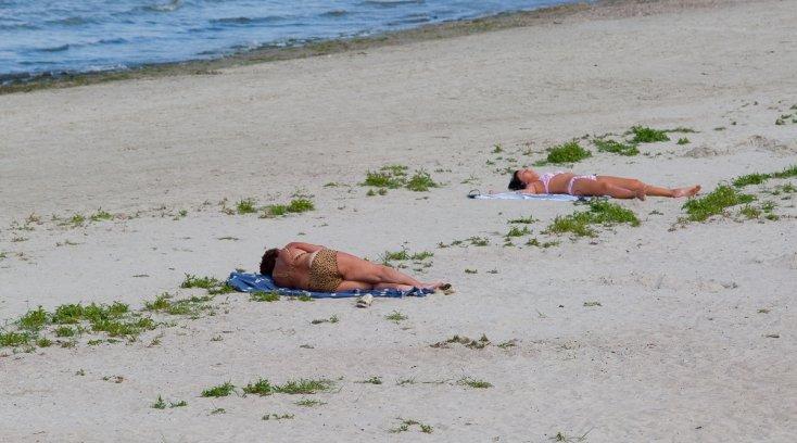 женщина уснула на пляже - 11