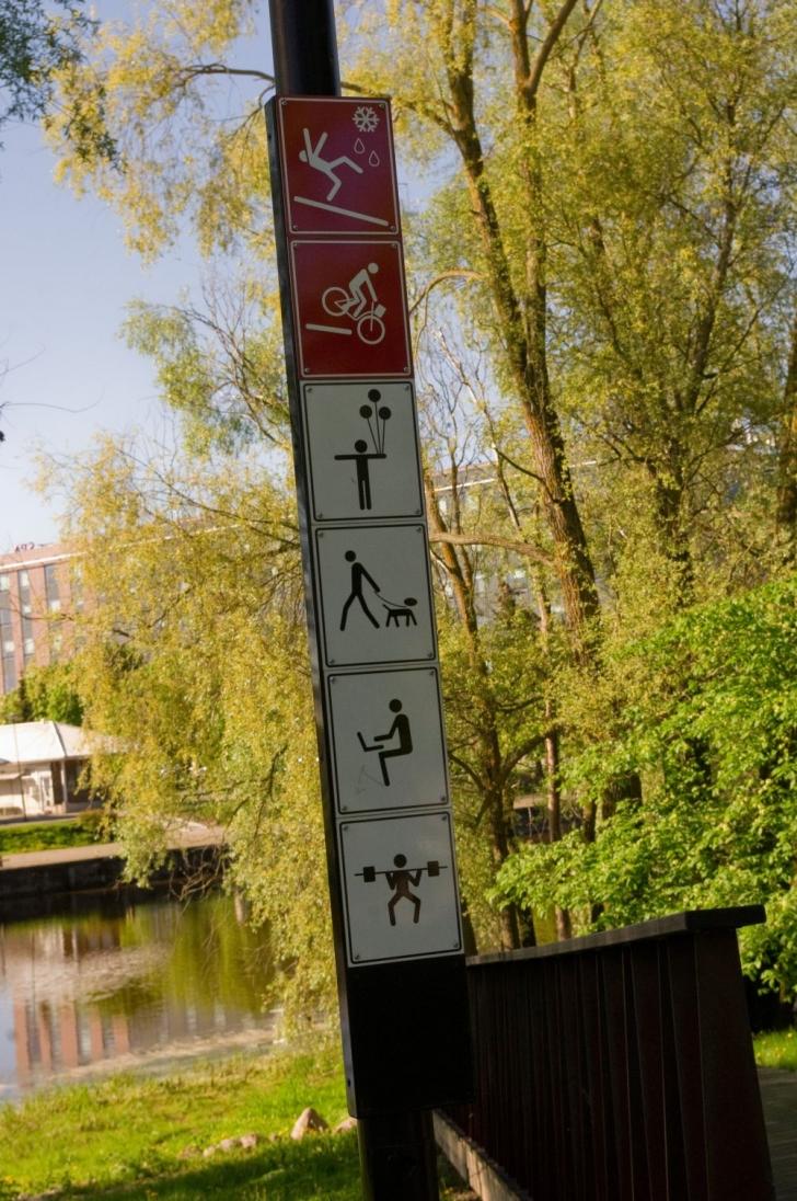 Kallastel on mitmeid kohti, kus saab istuda, puhata, avutit kasutada ja muud põnevat teha nagu sildid ütlevad