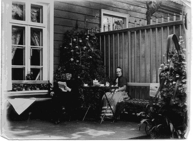 Vanaparun ehk Robert Eginhard Ungern-Sternberg koos oma prouaga kohvi joomas (foto: Hiiumaa muuseum)