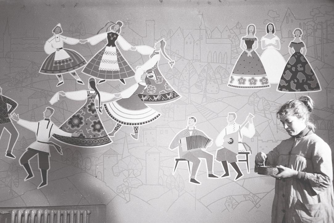 unstrnik Valli Lember-Bogatkina loob Majaka kultuurimaja pannood teemal rahvaste sõprus, 1956. a. Foto: Rahvusarhiiv