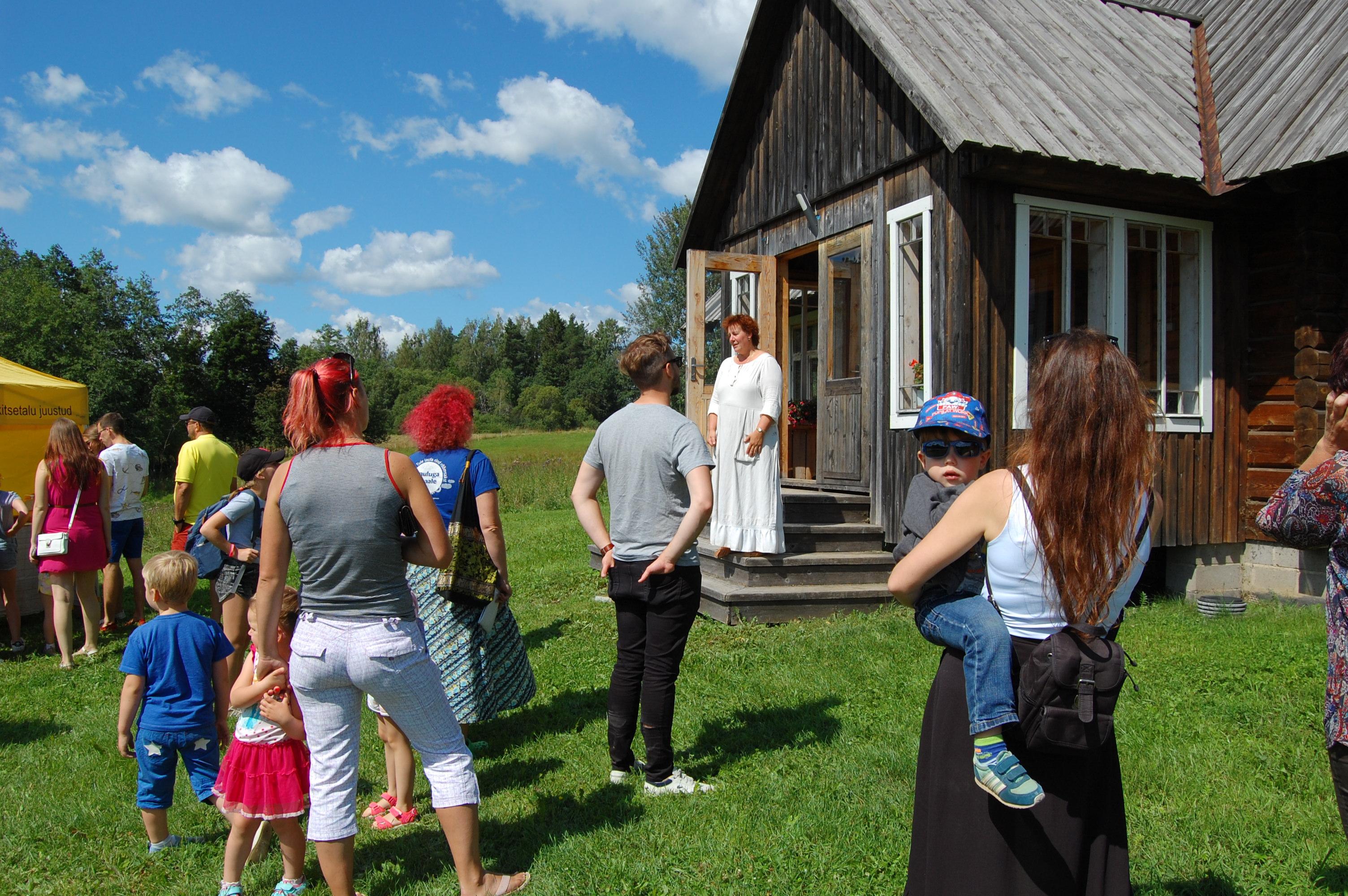 Kolotsi talu perenaine Merle Leibur (trepil) tutvustab talu 2019. aasta avatud talude päeval