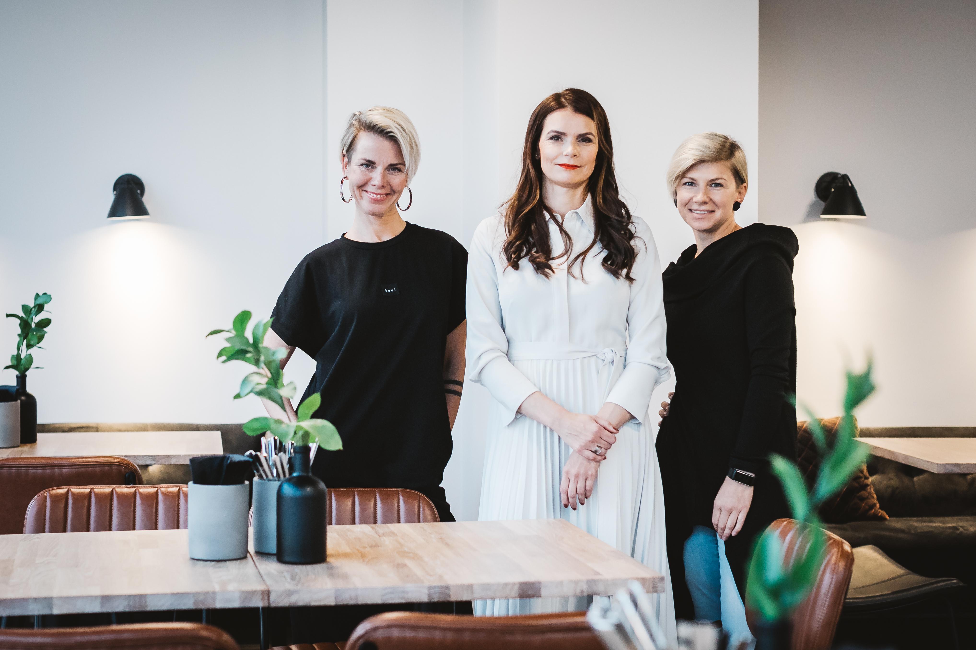 Kohvikupidaja Annika (keskel) koos sisekujundajate Kati ja Liisiga Pulo OÜ-st.
